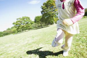 公園で走る女の子の素材 [FYI00934817]