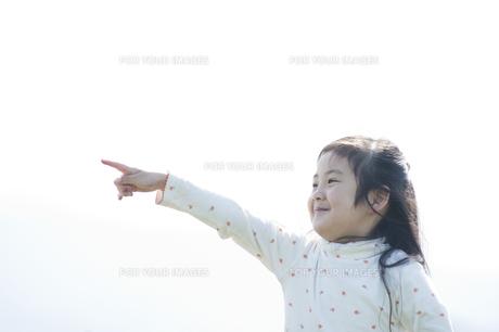 指をさす女の子の素材 [FYI00934839]
