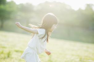 楽しそうに走る女の子の素材 [FYI00934903]