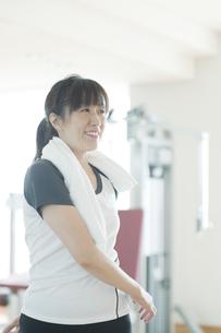 ストレッチをする日本人女性の素材 [FYI00934919]