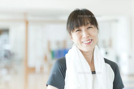 ジムで休憩中の日本人女性の素材 [FYI00934930]