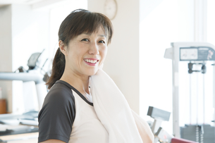 トレーニング中にタオルで汗を拭く日本人女性の素材 [FYI00934936]