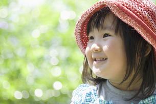 新緑の中で笑う女の子の素材 [FYI00934941]