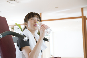 トレーニング中に水を飲む日本人女性の素材 [FYI00934949]
