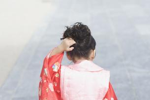 頭を掻く着物姿の女の子の後ろ姿の素材 [FYI00934961]