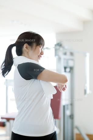 ストレッチをする日本人女性の素材 [FYI00934981]