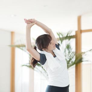 ストレッチをする日本人女性の素材 [FYI00934991]