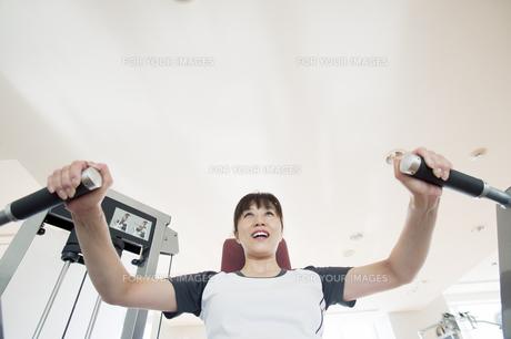 トレーニングをする日本人女性の素材 [FYI00934997]
