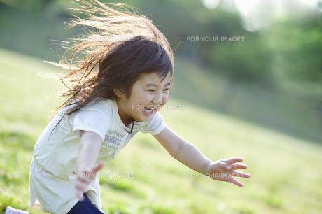 楽しそうに走る女の子の素材 [FYI00935043]