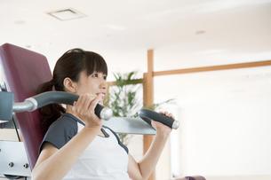 トレーニングをする日本人女性の素材 [FYI00935050]