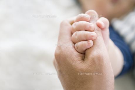 指を握りしめる赤ちゃんの素材 [FYI00935102]