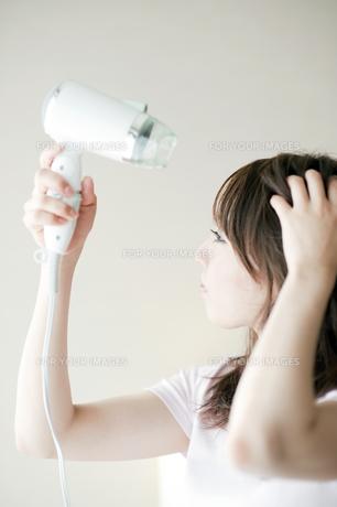 髪の毛を乾かす女性の素材 [FYI00935103]