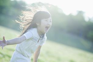 楽しそうに走る女の子の素材 [FYI00935117]