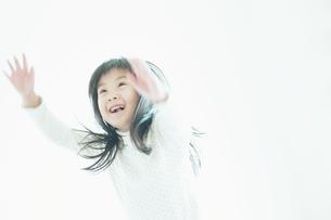 笑いながら見上げる女の子の素材 [FYI00935118]