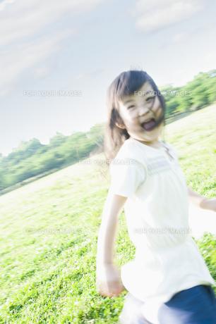草原を走る女の子の素材 [FYI00935130]