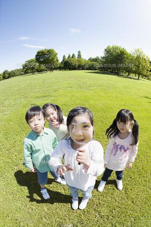 虫眼鏡をのぞく子供達の素材 [FYI00935183]