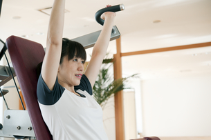 トレーニングをする日本人女性の素材 [FYI00935190]
