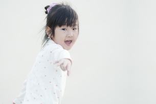 振り返って手を伸ばす女の子の素材 [FYI00935265]