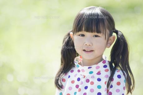 微笑む女の子の素材 [FYI00935287]