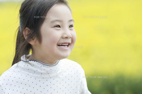 笑う女の子の素材 [FYI00935342]