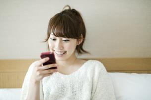 スマートフォンをみる女性の素材 [FYI00935386]