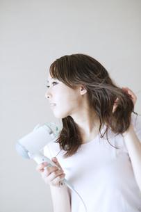 髪の毛を乾かす女性の素材 [FYI00935400]