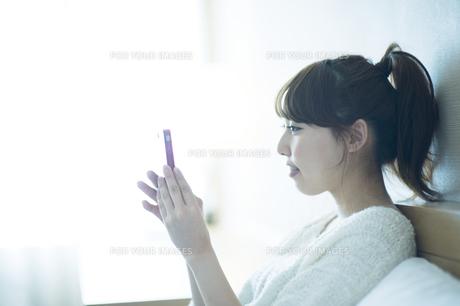 スマートフォンをみる女性の素材 [FYI00935411]