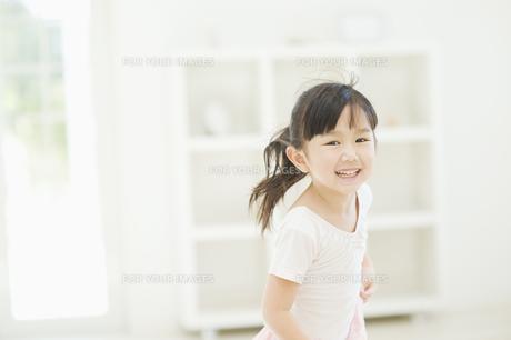 笑いながら走る女の子の素材 [FYI00935420]