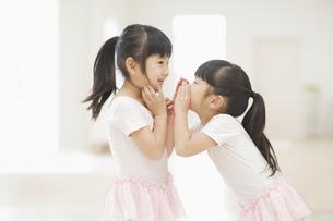 ひそひそ話をする二人の女の子の素材 [FYI00935421]