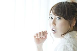 歯を磨く女性の素材 [FYI00935430]