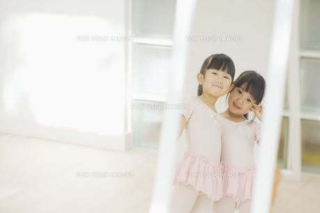 鏡の中でポーズをとる二人の女の子の素材 [FYI00935448]