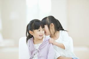 ひそひそ話をする二人の女の子の素材 [FYI00935451]