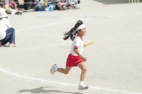 運動会で走る女の子の素材 [FYI00935452]