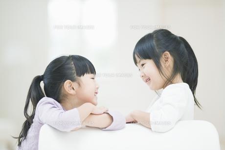 笑いながら見つめ合う二人の女の子の素材 [FYI00935462]
