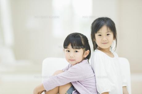 椅子に座る二人の女の子の素材 [FYI00935503]