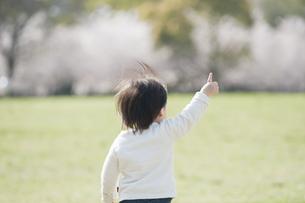 指を一本立てる男の子の後ろ姿の素材 [FYI00935509]