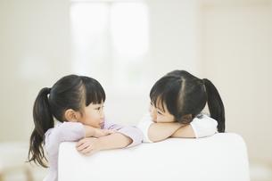 笑いながら見つめ合う二人の女の子の素材 [FYI00935512]