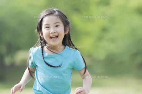 笑う女の子の素材 [FYI00935521]