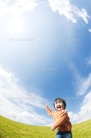 公園を走る男の子の素材 [FYI00935571]
