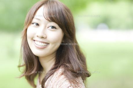 微笑む女性の素材 [FYI00935600]