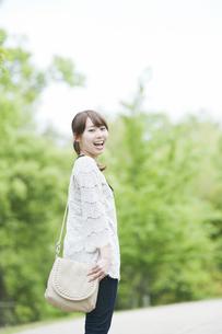 振り返って笑う女性の素材 [FYI00935601]