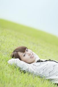 草原で寝転ぶ女性の素材 [FYI00935639]