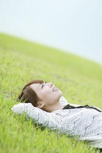 草原で寝転ぶ女性の素材 [FYI00935712]