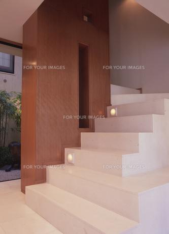 白い大理石の階段と玄関の素材 [FYI00935729]