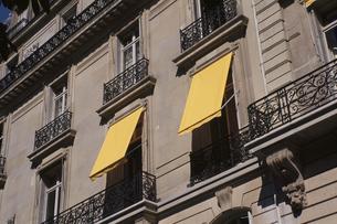 黄色いブラインドのある建物の素材 [FYI00937078]