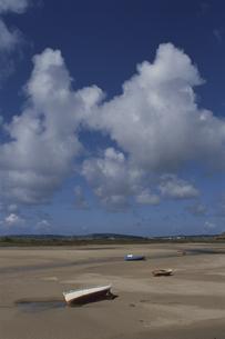 雲と砂浜の素材 [FYI00938021]