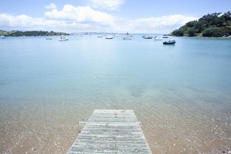海と遠くに見えるヨットと桟橋の素材 [FYI00940555]