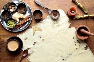 一杯のチャイとスパイスと古紙 インド料理の食材の写真素材 [FYI00941482]