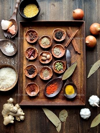 錆びたトレーとスパイス インド料理の食材の写真素材 [FYI00941488]