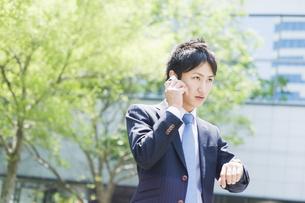 携帯電話で話すビジネスマンの素材 [FYI00941496]